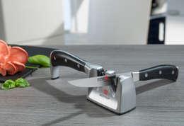 Innovativer Messerschärfer für Rechts- und Linkshänder: moderne Küche von Ed. Wüsthof Dreizackwerk KG