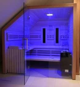 Maßgefertigte Sauna in der Dachschräge.: skandinavisches Spa von corso sauna manufaktur gmbh