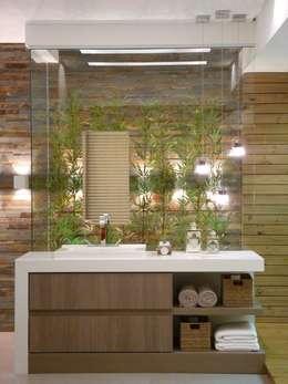 moderne Badkamer door Cristine V. Angelo Boing e Fernanda Carlin da Silva