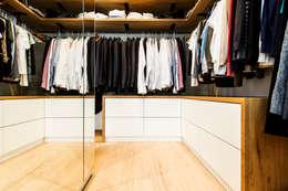 Vestidores de estilo moderno por BESPOKE GmbH // Interior Design & Production
