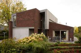 Casas de estilo moderno por Groeneweg Van der Meijden Architecten