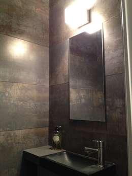 Appartement à Cannes meublé entièrement par wm: Salle de bains de style  par WM