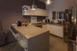 Petit appartement de ville: Cuisine de style de style Minimaliste par WM