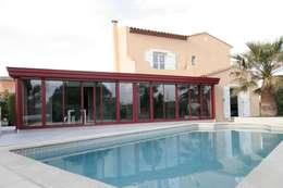 Extension de maison par une veranda: Piscines  de style  par WM