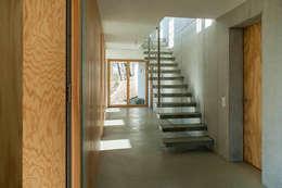 Pasillos y hall de entrada de estilo  por GIAN SALIS ARCHITEKT