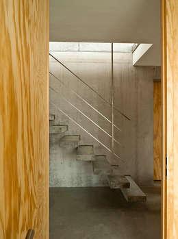 Projekty,  Korytarz, przedpokój zaprojektowane przez GIAN SALIS ARCHITEKT