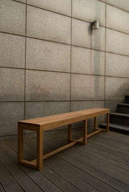 Corredor, vestíbulo e escadas  por Woodstudio MAUM