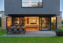 IQube House_: styl , w kategorii Taras zaprojektowany przez ARCHiPUNKTURA .architekci detalu