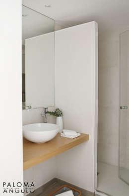 Baños de estilo minimalista por Interiorismo Paloma Angulo