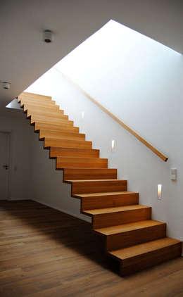 Projekty,  Korytarz, hol i schody zaprojektowane przez Julia Schlotter Design