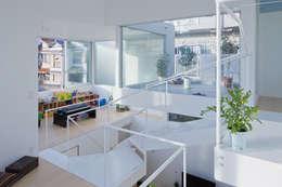 茶屋が坂の家: 近藤哲雄建築設計事務所が手掛けたリビングです。