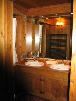Coppie felici con il mobile bagno con doppio lavabo - Mobile bagno rustico ...