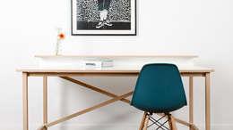 Schreibtisch EGON: minimalistische Arbeitszimmer von Formfreund Holzmanufaktur