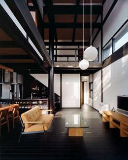 居間・食堂・台所: 石井智子/美建設計事務所が手掛けたリビングです。