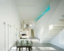 Le séjour sur deux niveaux: Maisons de style de style Moderne par ateliers d'architecture JPB