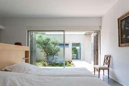chambre d'ami et patio: Maisons de style de style Moderne par ateliers d'architecture JPB