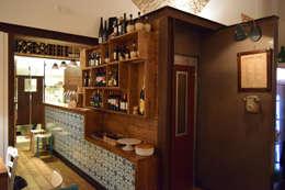 il volume del bagno: Gastronomia in stile  di Casaburi & Memoli Architetti