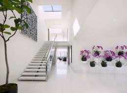 Pasillos y recibidores de estilo  por McClean Design