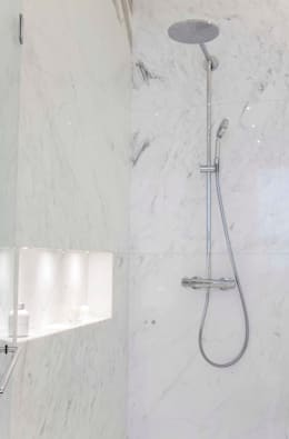 Baños de estilo moderno por LIVE IN