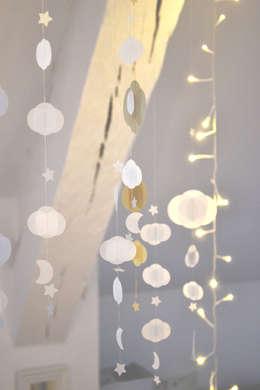 Guirlande nuages, étoiles, lune: Chambre d'enfants de style  par Les pommettes du chat