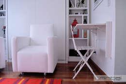 Mesa rebatible, optimización de espacios reducidos.: Livings de estilo minimalista por MINBAI