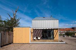 universal house:  Terras door groenesteijn  architecten