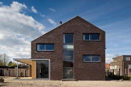 universal house gevel: moderne Huizen door groenesteijn  architecten
