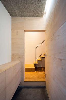 Couloir et hall d'entrée de style  par 川添純一郎建築設計事務所