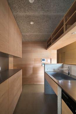 Cuisine de style de style Minimaliste par 川添純一郎建築設計事務所