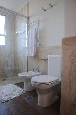 Apartamento Alto de Pinheiros (villa lobos): 450m2: Banheiro  por Viviane Dinamarco Design de Interiores