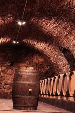 Arbeitslicht und Atmosphäre im Holzfasskeller des Weinguts Johanninger: klassischer Weinkeller von Lichtlandschaften