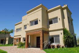 Viviendo Estilo Racionalista Clasica: Casas de estilo moderno por Opra Nova