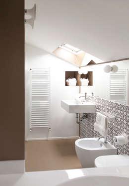 Baños de estilo ecléctico de Plastudio
