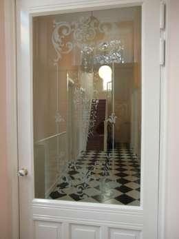 tochtdeur met geëtst glas:   door Architectenbureau Van Löben Sels