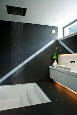 Lipton Plant Architects: modern tarz Banyo