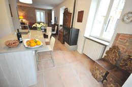 Ristrutturazione di appartamento privato in immobile di fine '800: Case in stile in stile Rustico di Valeria Sdraiati