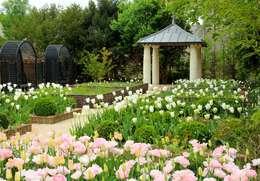 Le jardin de l'office de tourisme de Langeais: Jardin de style de style eclectique par AGENCE TALPA