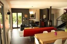 Le séjour, vers l'entrée et le bureau: Maisons de style de style Moderne par Atelier d'Architecture Marc Lafagne,  architecte dplg