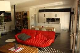 Le séjour vers la cuisine et le cellier: Maisons de style de style Moderne par Atelier d'Architecture Marc Lafagne,  architecte dplg