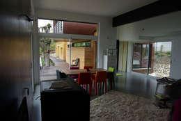 Le séjour, vue vers la terrasse sud: Maisons de style de style Moderne par Atelier d'Architecture Marc Lafagne,  architecte dplg
