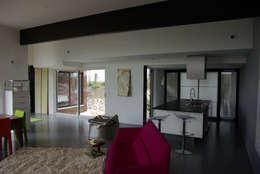 Le séjour, la cuisine et le patio: Maisons de style de style Moderne par Atelier d'Architecture Marc Lafagne,  architecte dplg