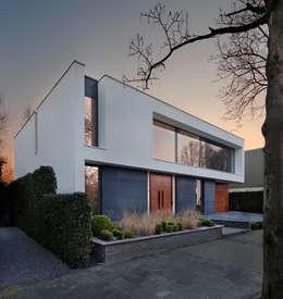 voorgevel: moderne Huizen door VAN ROOIJEN ARCHITECTEN