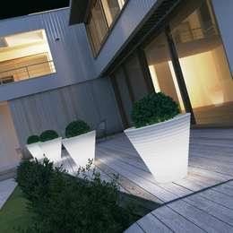 Tera Light Collection Eight White: Balcone, Veranda & Terrazzo in stile  di tera-italy