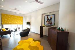 RESIDENCE AT CUFFE PARADE: minimalistic Living room by Dhruva Samal & Associates
