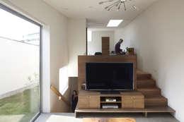 Salas / recibidores de estilo moderno por 一級建築士事務所ROOTE