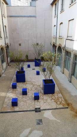 cour de l'épée à Lyon / BLEU MAJORELLE: Jardin de style de style Méditerranéen par ATELIER DU BOCAL paysagistes