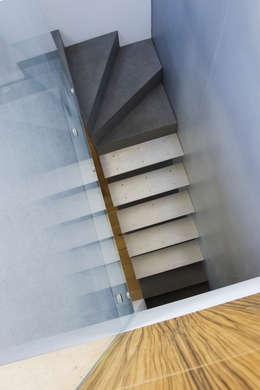 Pasillos y recibidores de estilo  por Slade Architecture