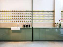Het Massagehuys  |  balie:  Gezondheidscentra door TANK interior design