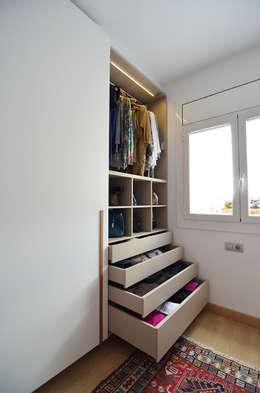 Vestidores y closets de estilo moderno por Trestrastos