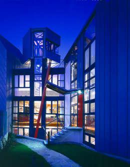una casa trasparente: Finestre in stile  di RoccAtelier Associati